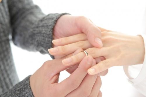 """未婚女性注目!既婚女性、結婚後に減ったのは""""貯蓄と○○""""と回答"""