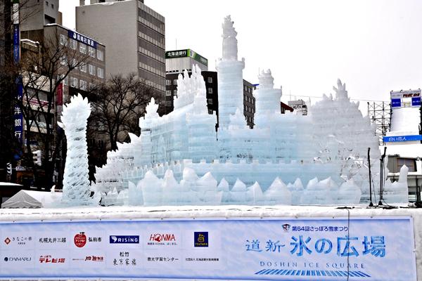 sapporo0218_第64回氷像_昼_(c)北海道新聞社
