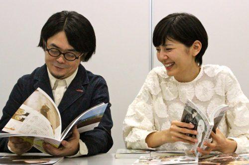 本を読み合う望月ミネタロウ先生と菊池亜希子さん
