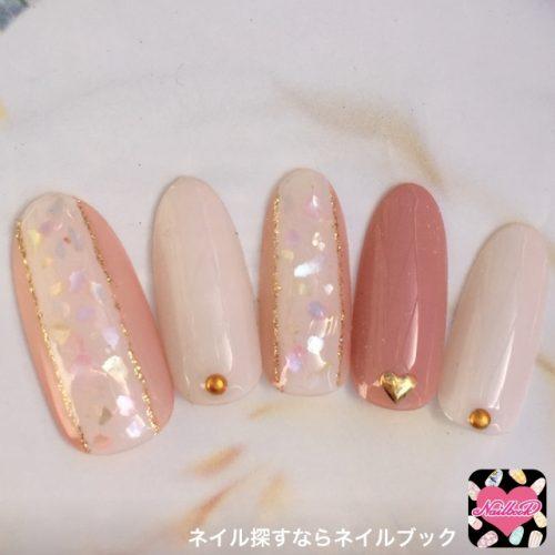 ゴールドライン×ピンクのキラキラネイルデザイン