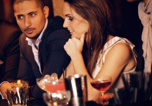 夜デートしているカップル