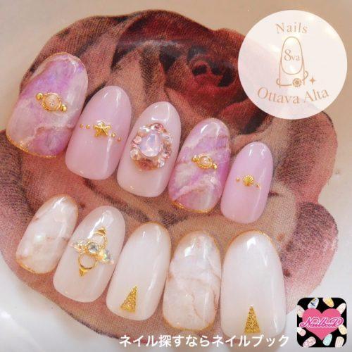 ピンク×白にゴールドが光る人気ネイルデザイン