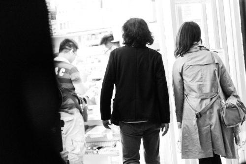 隠れて歩くカップル