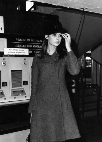 Fashion model Jean Shrimpton standing near an automatic travel insurance machine at the airport. (Photo by Evening Standard/Getty Images)