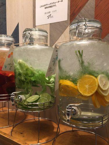 デトックスウォーターは100円で飲み放題。朝から体の中をビタミンたっぷりの水で満たして、いざ出勤!