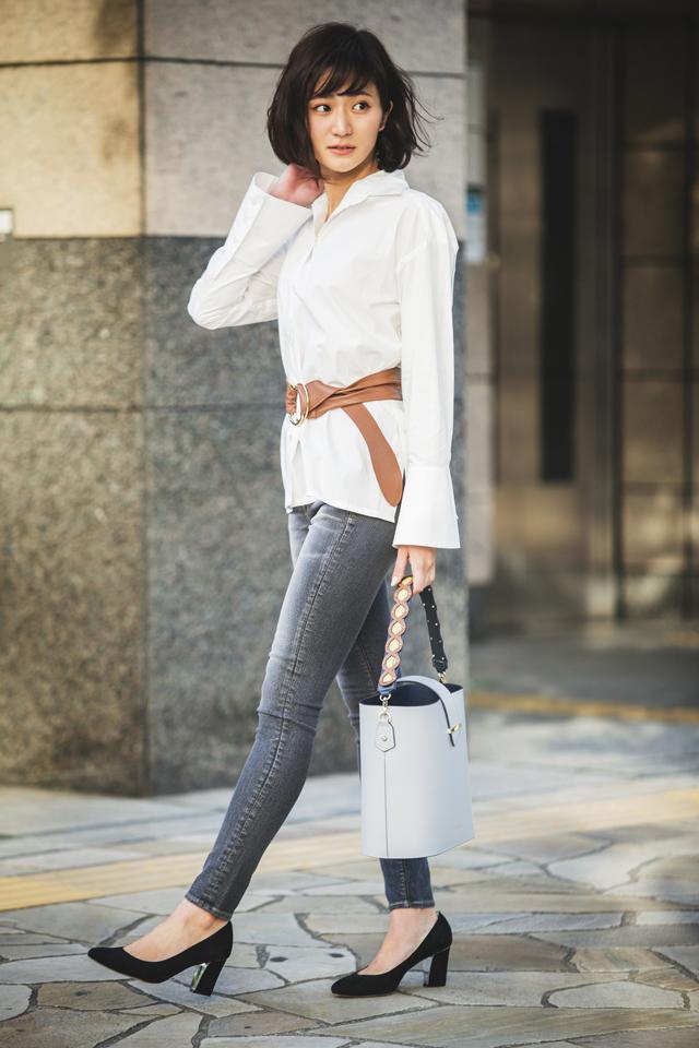 白シャツ×ベルト×黒デニムパンツ