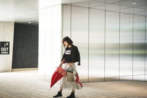 ニット×白プリーツスカート×ライダースジャケット