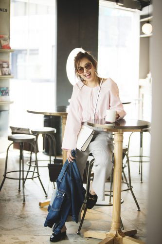 ニットワイドパンツ×ペールピンクのシャツ