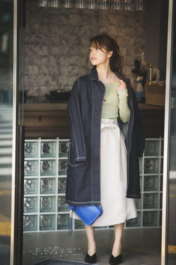 デニムロングコート×グリーンのニット×白フレアスカート