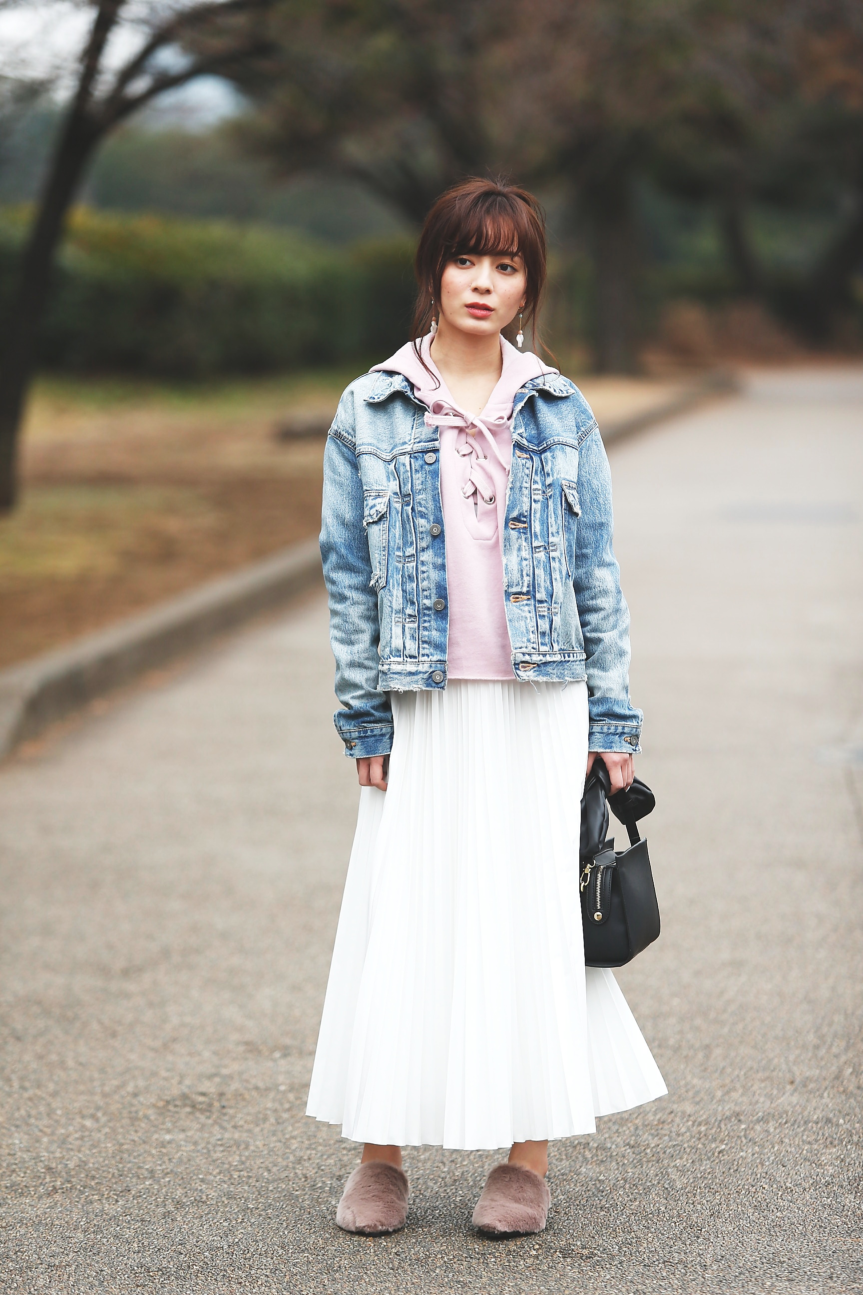 Gジャン×パーカー×白プリーツロングスカート