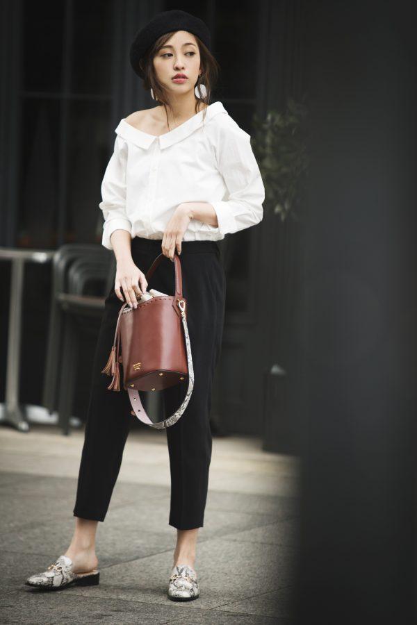 白シャツ×スリッポン×黒パンツ