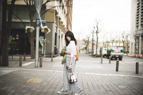 ブルゾン×シャツ×白のワイドパンツ