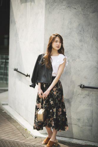 黒ジャケット×白のブラウス×花柄のスカート