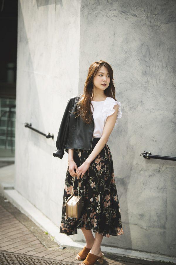ジャケット×白ブラウス×花柄の黒スカート