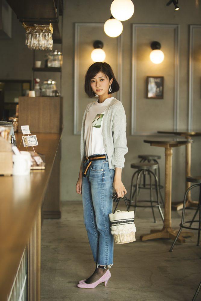 カーディガン×白Tシャツ×ストレートデニムパンツ