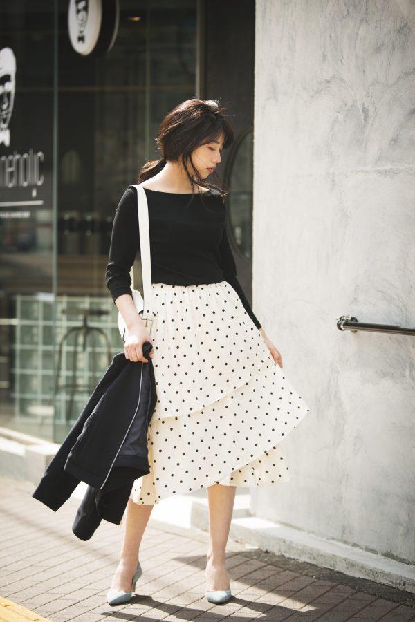 黒ニット×ドット柄の白スカート