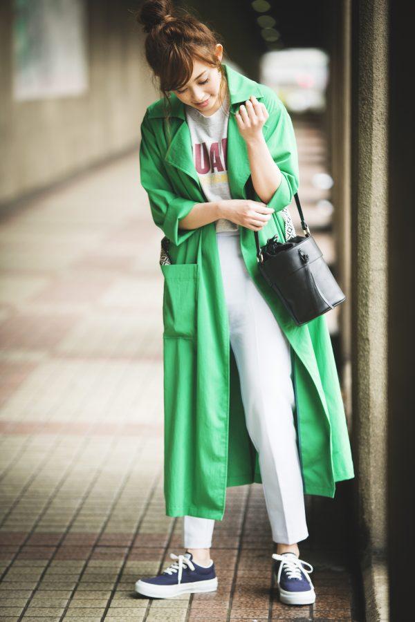 グリーンのコート×Tシャツ×GUの白パンツ