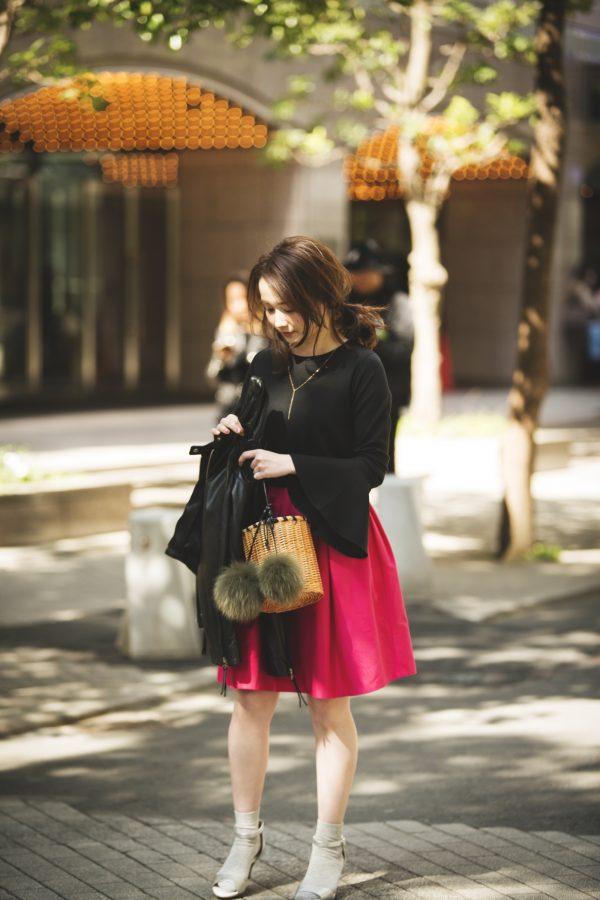 ビビッドピンクのミニスカート×黒プルオーバー