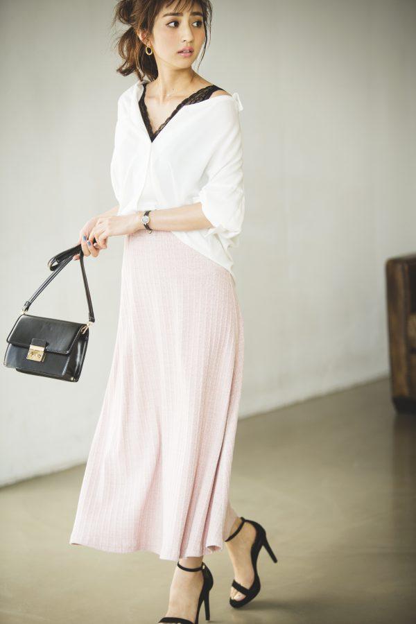 ピンクのロングスカート×白シャツ×黒キャミソール