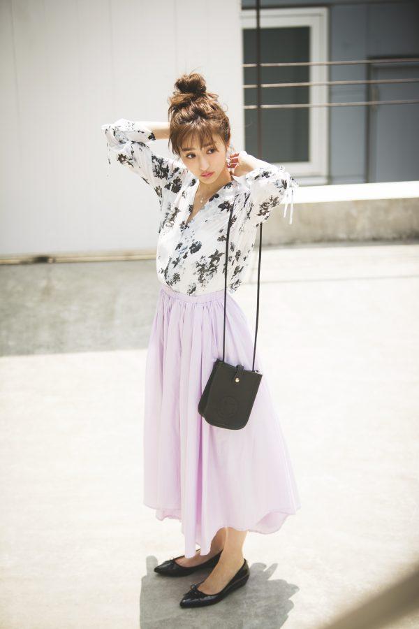 花柄ブラウス×パープルのロングスカート
