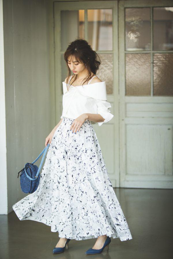白ブラウス×花柄のロングワイドパンツ