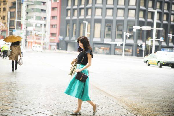 グリーンのフレアスカート×半袖の黒ニット