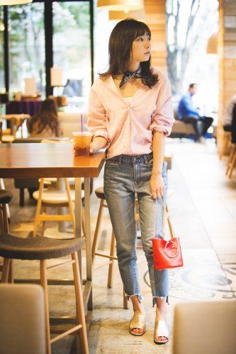 デニムパンツ×ピンクのシャツ