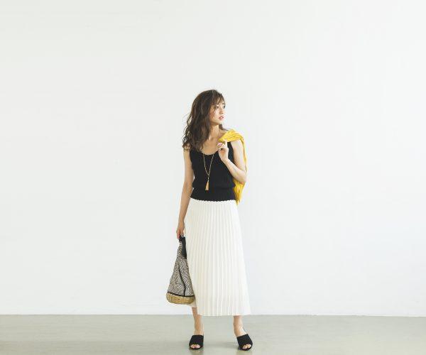 イエローのカーディガン×黒キャミ×ミモレ丈のプリーツスカート