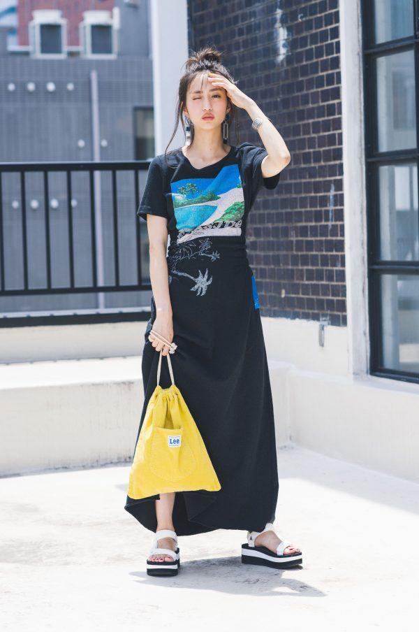 サンダル×黒Tシャツワンピ