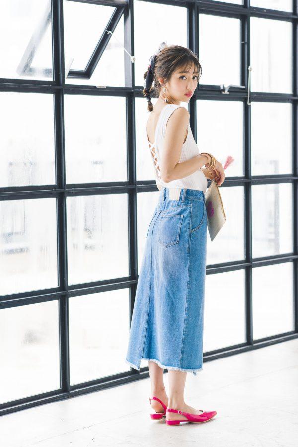 レースアップ白ニット×ミモレ丈のデニムスカート