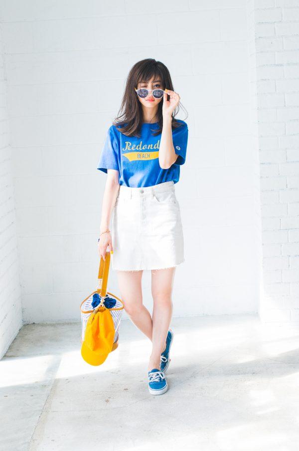 青Tシャツ×スニーカー×白ミニスカート