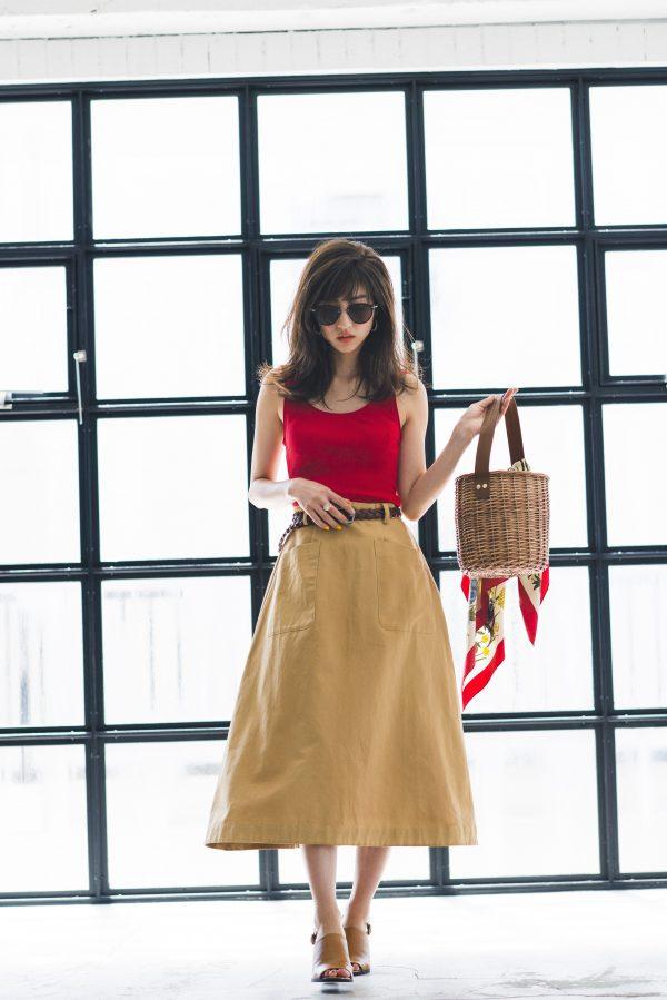赤タンクトップ×ベージュのフレアスカート