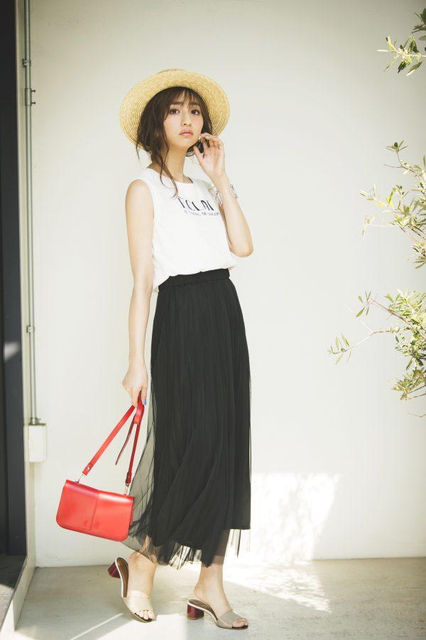 白Tシャツ×帽子×黒ワイドパンツ