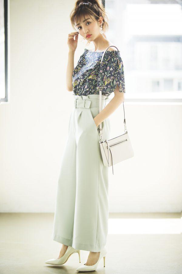 ミントグリーンのワイドパンツ×ネイビーの花柄ブラウス