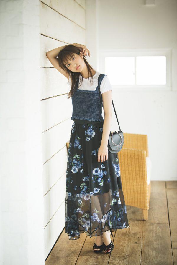 白Tシャツ×デニムビスチェ×花柄ロングスカート