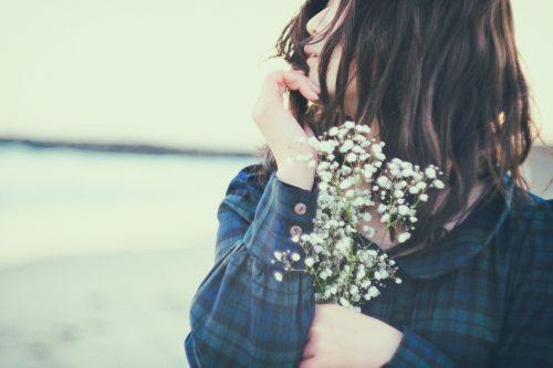 白い花, 女性