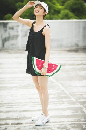 フルーツバッグがアクセントの楽ちんスポーティスタイル