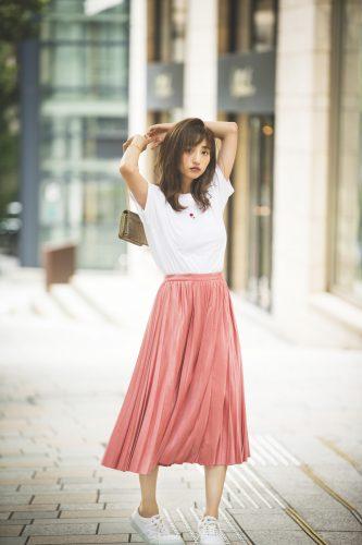 白Tシャツ×白スニーカー×サーモンピンクのスカート