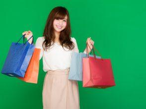 大量の買い物袋を提げた女性