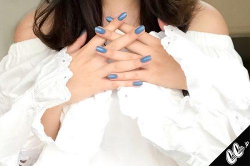夏らしいブルーの単色ネイルは白に映える