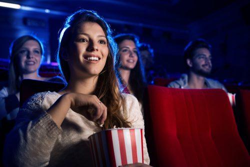 映画館で映画を鑑賞する女性