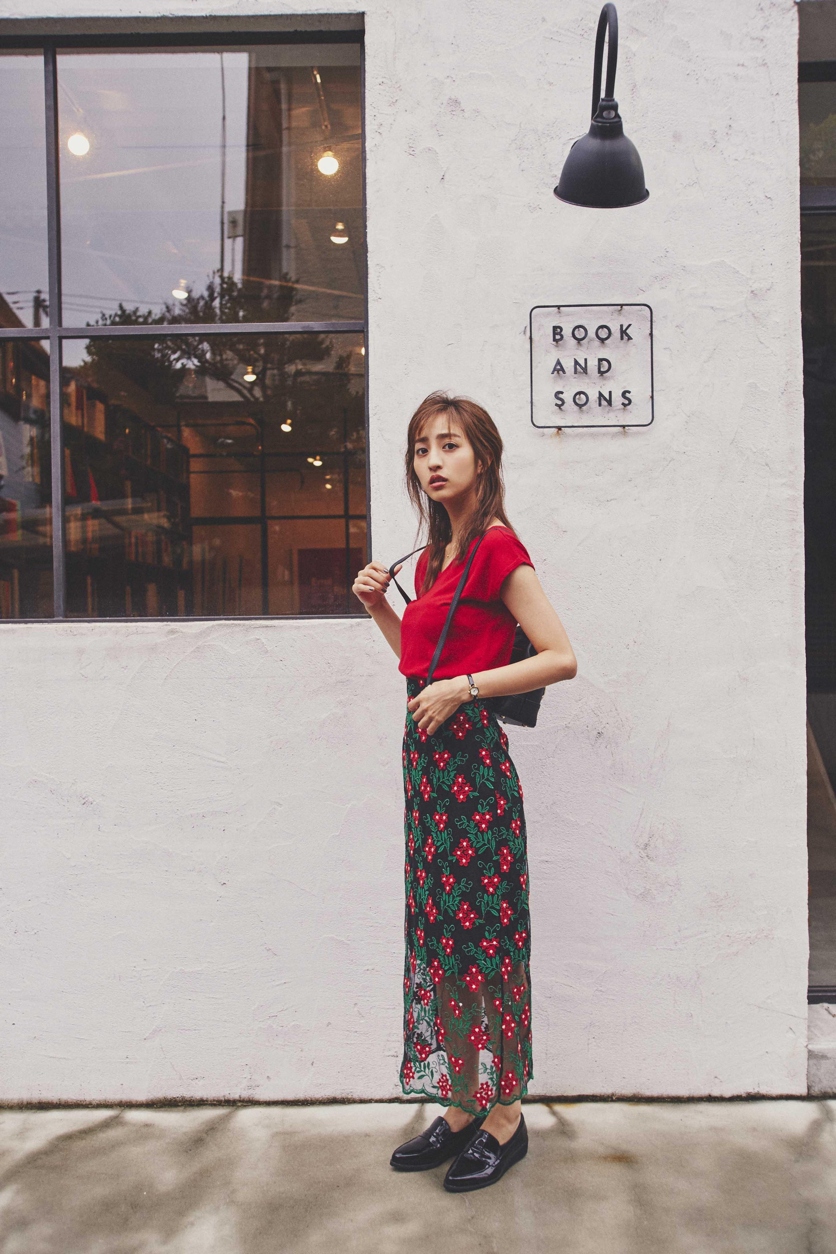 赤ニット×刺繍透けレーススカート