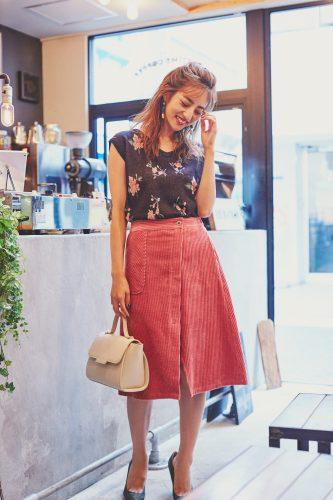 ノースリーブの花柄ニット×コーデュロイのピンクスカート