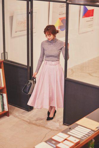 グレーのタートルネックニット×ピンクのロングフレアスカート
