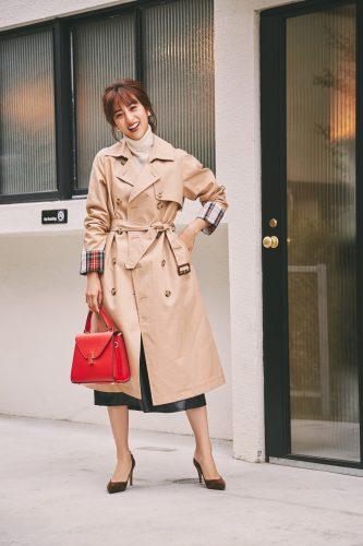 ユニクロの共布ベルト付きコートを着た堀田茜