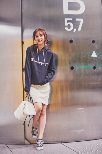 ユニクロのタイトスカート×チャンピオンのパーカーのコーディネート(堀田茜)