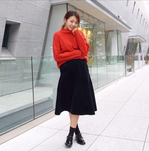 ユニクロのラムブレンドモックネックチュニックを着た尾身綾子