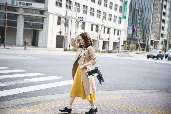 トレンチコート×カラースカートのコーデ