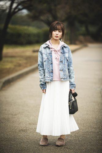 気温18度のデニムジャケット×白スカートコーデ