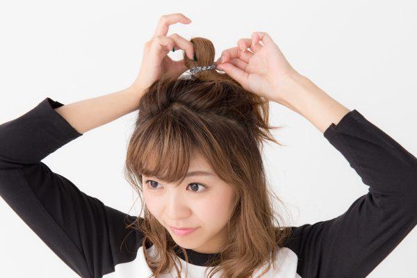 ミディアムヘアから作るカジュアルなラッフィーハーフアップアレンジ